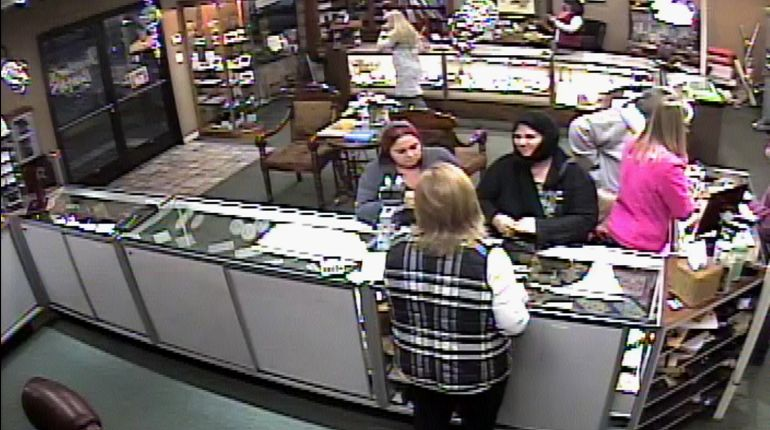 Jewelry store thieves pull 'switcheroo' on staffers, make off with $10K