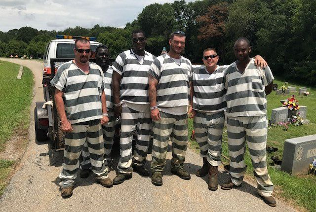Sheriff to cut sentences of inmates who helped save guard's life