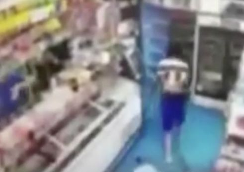 Video shows Bronx teen staggering back into bodega after stabbing